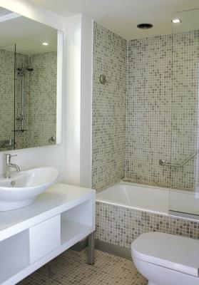 Baño blanco con tina