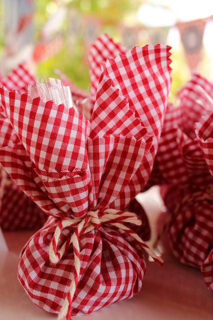 Trouxinhas de tecido com confetes dentro. 014 by PraGenteMiúda, via Flickr