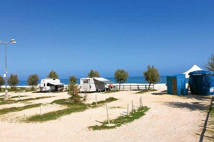 In Fossacesia, Italien, liegt der perfekte Stellplatz unmittelbar an der Küste. Am Strand der Abruzzen lässt es sich sonnen. Der Stellplatz ist auf Schotter angelegt und für große Mobile geeignet.