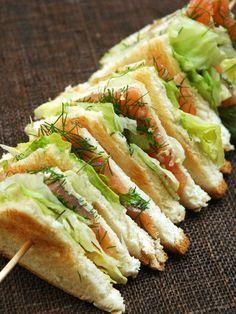 Sandwich au saumon fumé : Recette de Sandwich au saumon fumé - Marmiton  http://www.chateauchambiers.com/pique-nique-gourmand/