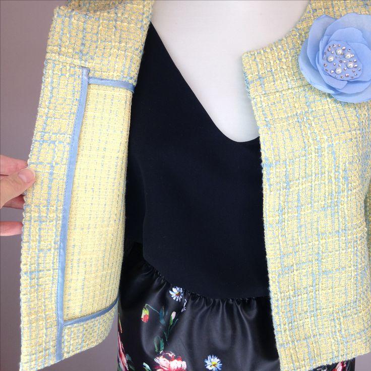 #jacket #chanel Облегченный жакет в стиле Шанель, внутренняя отделка швов, съемная брошь ручной работы.  Выполнен из итальянского твида.  Цвет меланж желтый, меланж голубой.  Длина 43 см, рукав 7/8.  Размер 40-46.  Стоимость 3800 рублей, брошь в подарок.  В наличии меланж желтый, размер 40.  Под заказ размеры 40-46.  Дополнение образа: топ и юбка ателье Шангарель.