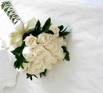 bruidsboeket: biedermeier-bruidsboeket-van-witte-rozen