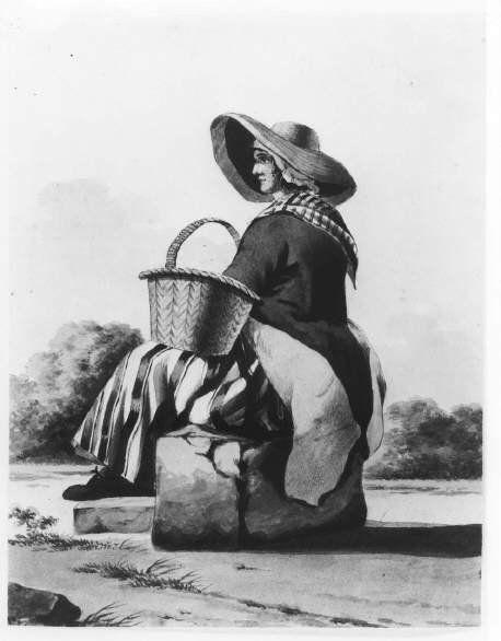 Scheveningse dracht. Een visverkoopster zit op een steen en houdt een mand vast. Ze draagt een van binnen gevoerde vishoed, mutsje, gestreept halsdoekje, jak en rok met een gestreept schort. Aan de voeten kousen met schoenen. 1900 penseel #ZuidHolland #Scheveningen