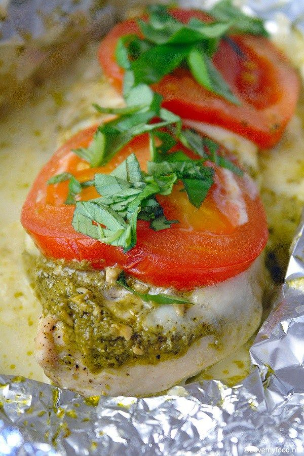 Kippakketjes uit de oven met pesto en mozzarella