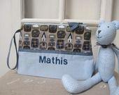 Trousse cadeau de naissance garçon personnalisée motif animaux de la forêt bleu beige : Trousses par aufildelondine