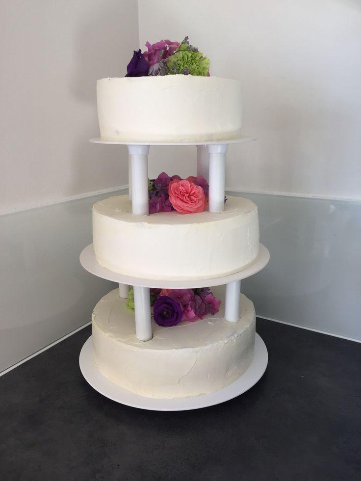 Bryllupskage med friske blomster - vanilje bunde med amaretto, limecrem, citron mousse og smørcrem