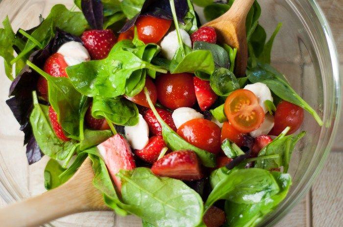 Полезный салат капрезе со шпинатом и клубникой