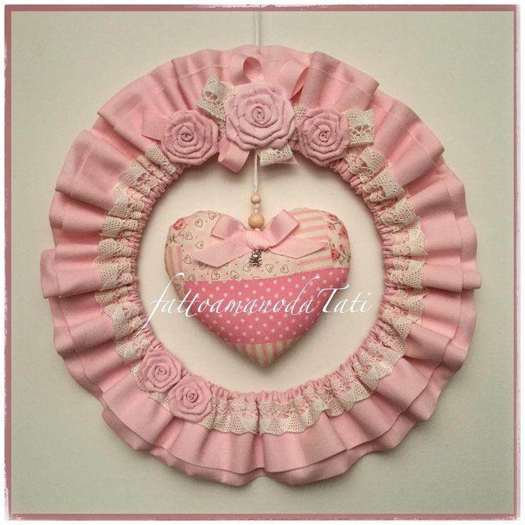 Fiocco nascita tondo in cotone rosa con pizzo,roselline e cuore patchwork, by fattoamanodaTati, 40,00 € su misshobby.com