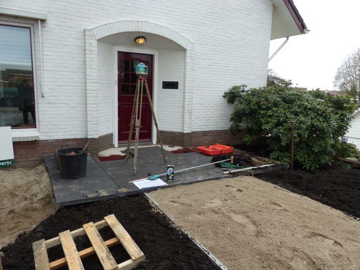 De tegels bij de voordeur liggen er alvast. Nu moeten eerst de voorjaarsbeurten gedaan worden voordat we in deze tuin verder gaan.
