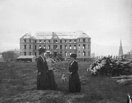 Construction de l'évêché, de 1901 à 1903 (Photographe inconnu, Groupe de fonds Clément Claveau, Collection du Musée régionale de Rimouski, N.A.C.: HR-13450.jpg)