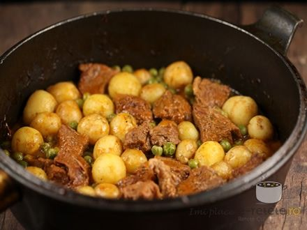 Vitel cu mazare si cartofi noi