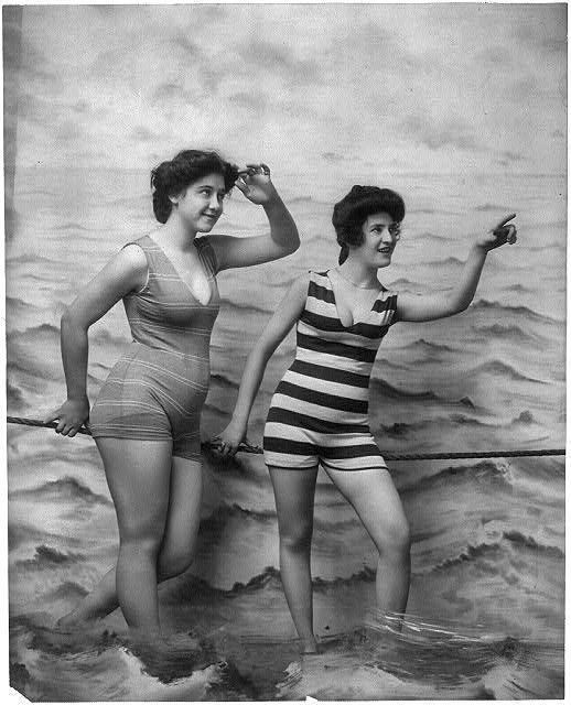 Traje Baño Hombre Antiguo:Two women in bathing suits: Vintage Swimsuits, Bathing Suits, Vintage