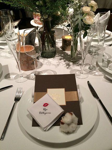 ゲストのお名前を真っ白なハンカチーフに刺繍して。席札と引き出物3品目を兼ね備えれるアイテムです。