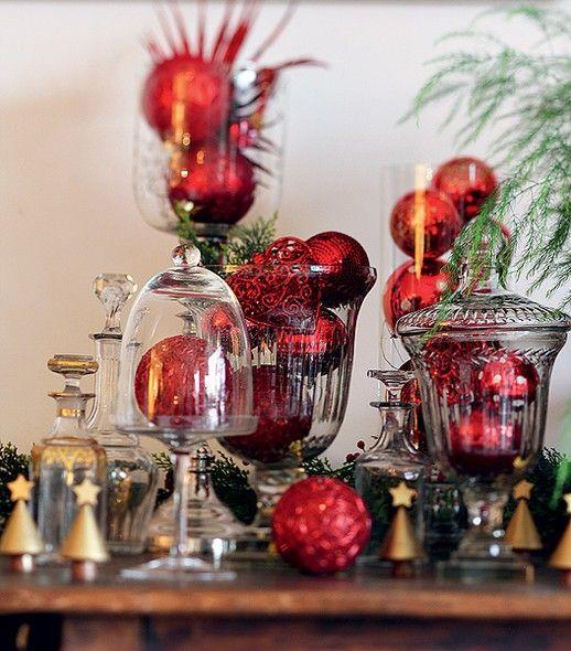 Arranjos com bolas: dentro de campânulas e vasos, as bolas de Natal criam efeito especial (Decoração de Natal | Christmas decor):