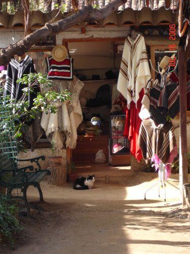 Una de las muchas tiendas en el Pueblito de Los Dominicos, Las Condes, Santiago, Chile