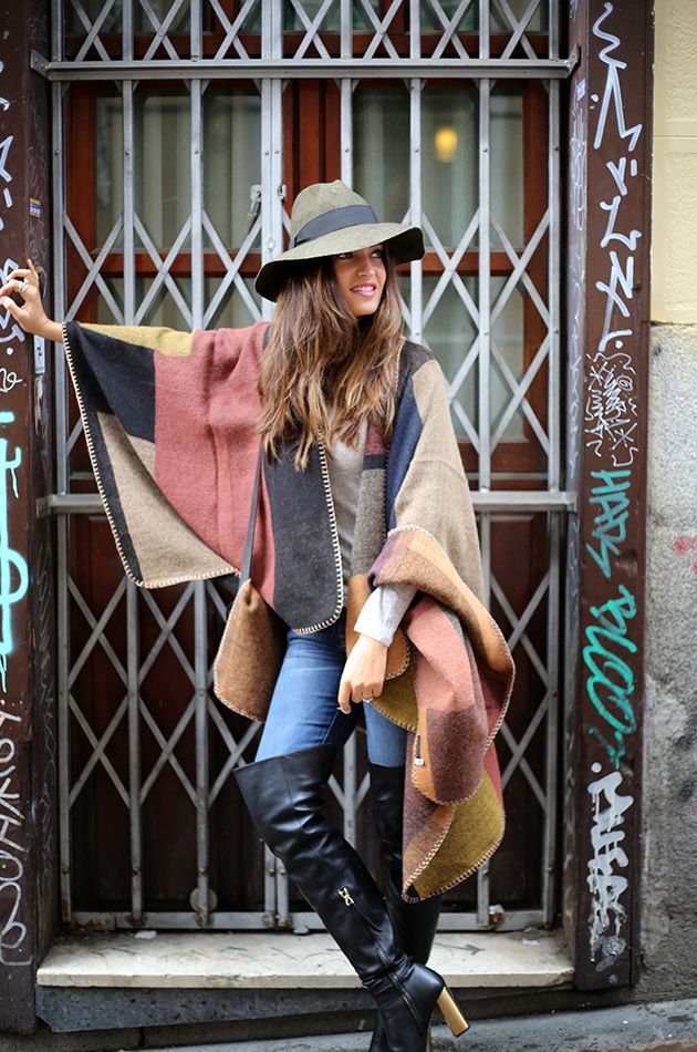 Street style. Sara carbonero. Poncho capa