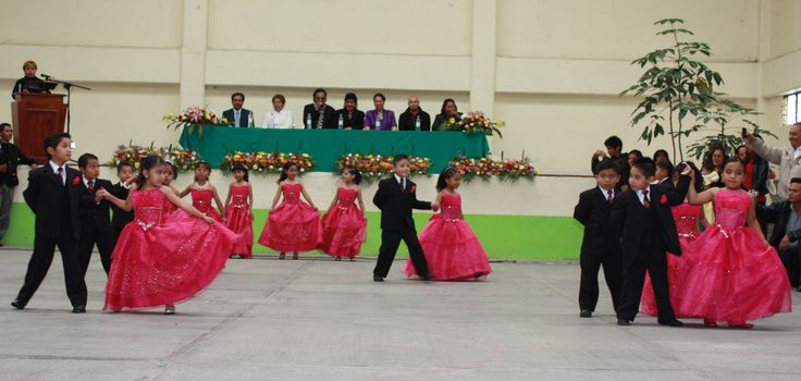 Desde el preescolar la tradición es el vals de graduación, alumnos del colegio Ohquetzalli.