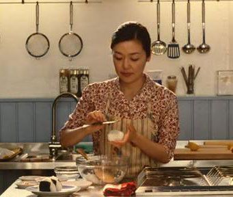 Sachie makes onigiri for her customers in Helsinki