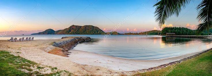Guardare il tramonto sulla spiaggia tranquilla — Immagini Stock #122470236