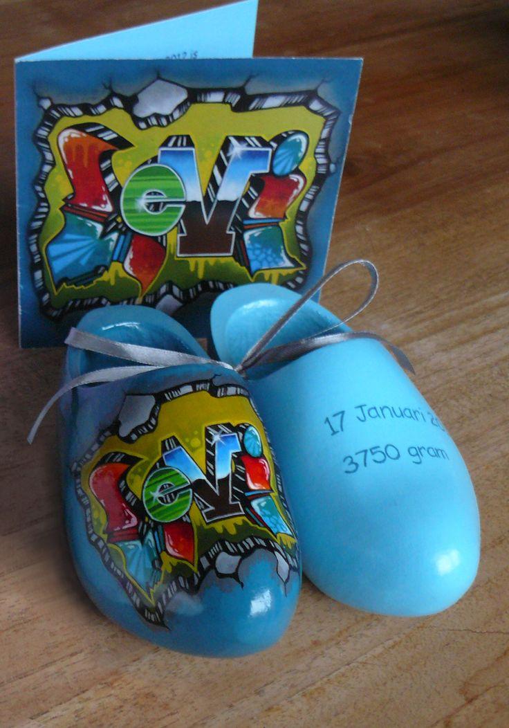Geboorteklompjes met de hand beschilderd. Leuk en origineel kraamkado! Zie ook mijn Facebookpagina: https://www.facebook.com/esthersmuurschilderingen/