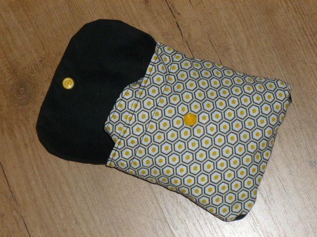 1er janvier : bonnes résolutions PLUS DE SACS EN PLASTIQUE ! Alors voici un sac pliable pour les petites courses ! Le sac fait 30 cm de hauteur (sans les anses) et 38 cm de largeur. Il n'est pas doublé donc léger et facile à ranger ! Pour une belle finition...