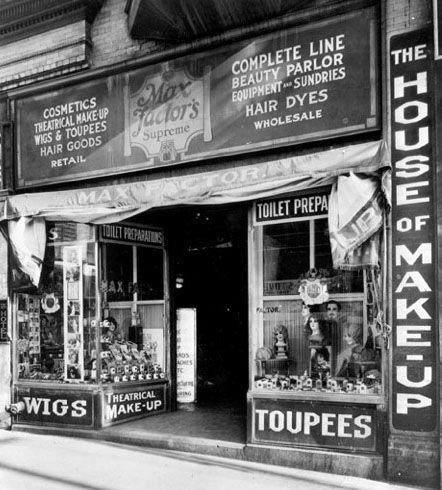 En 1909, 3  Mois après son Arrivée à Los Angeles, Max Factor Fonde 'Max Factor & Company' et Installe son Magasin de Perruques et Postiches, au Sud de Central Avenue, à Los Angeles