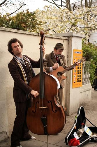 London, street musicans, portobello base guitar street