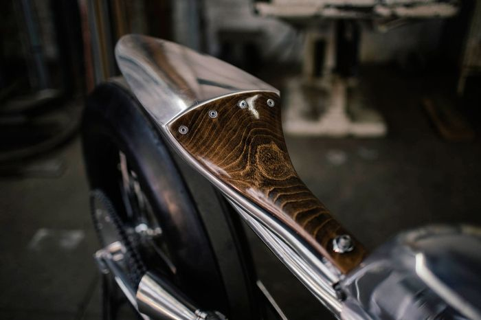 Moto Royal Enfield Bullet 500 par Hazan Motorworks - Moto design et vintage alliant bois et métal