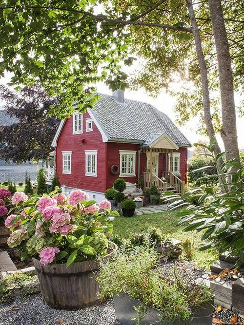 Love the cottage and the lovely hydrangeas in the tubs !