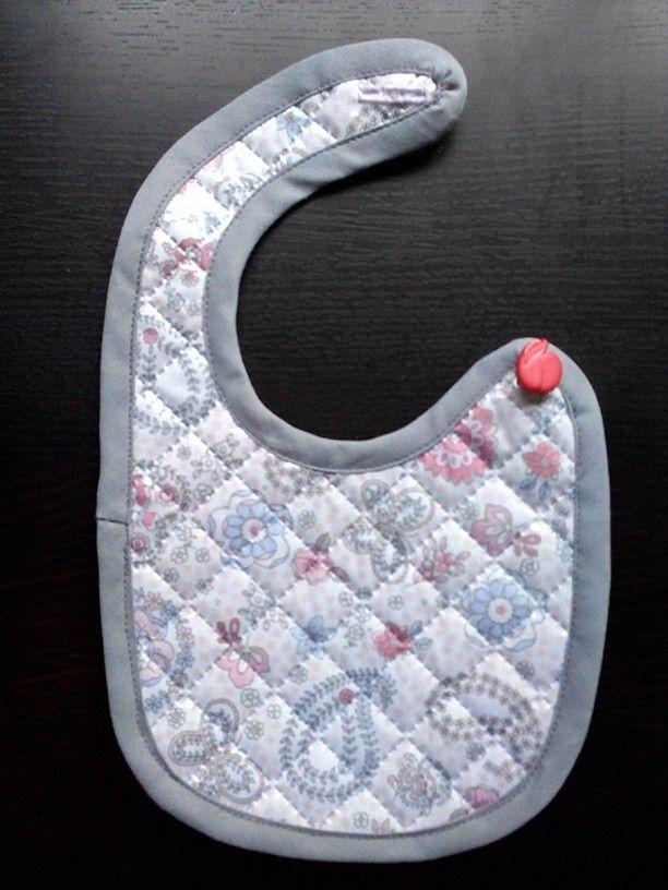 Babero para bebé recién nacido 0-3 meses bib for babies Patrón gracias a www.ohmotherminediy.com