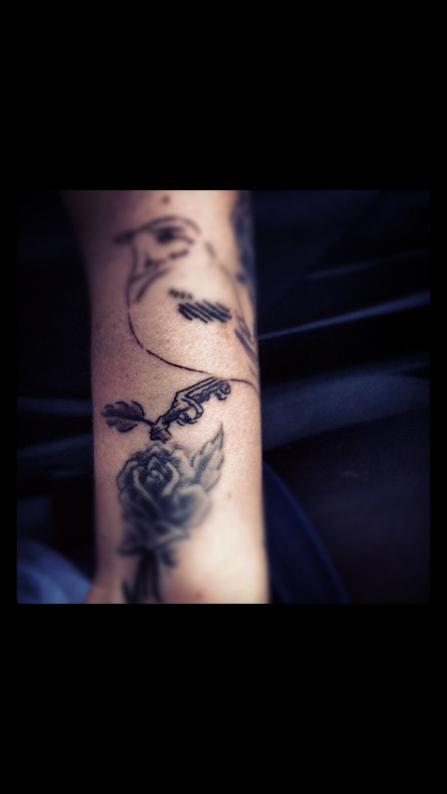 #tattoos #tattooedlady #blackroses #rosetattooes #birdtattoos