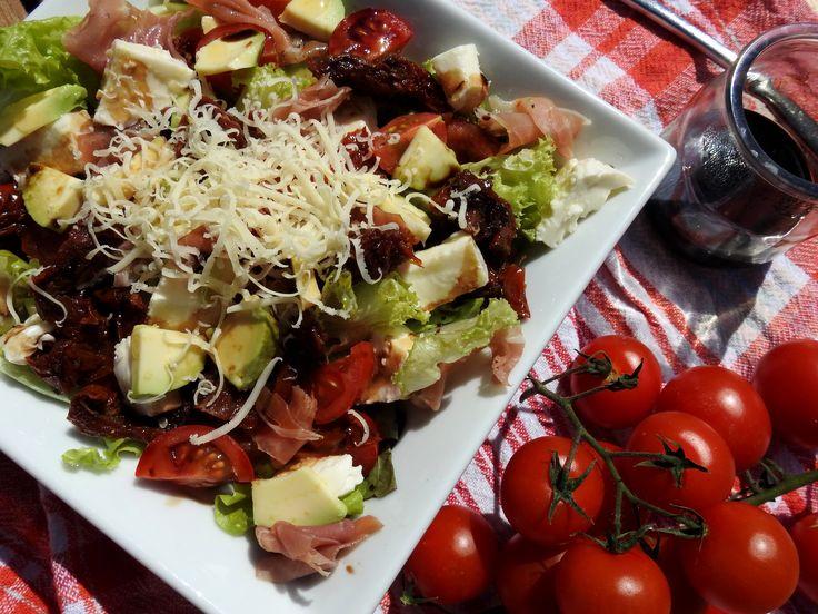 keto sałatka z awokado - dieta ketogeniczna