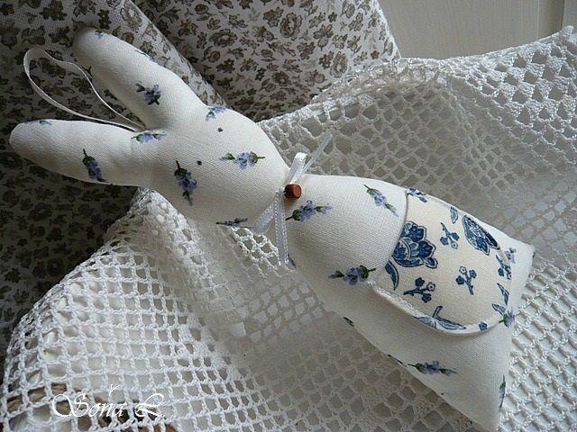 Dekorační zajíček s kapsičkou ~ motiv levandule ......pro potěšení, pro radost a zkrášlení domova. Třeba do okna, do košíčku na blížící se svátky jara :o) Zajíček s poutkem na zavěšení je ušitý z bavlněných látek....dozdobený mašličkou s korálkem a kapsičkou. Moc hezká dekorace na blížící se jarní svátky či jako milý dárek z mého obchůdku. Další ...