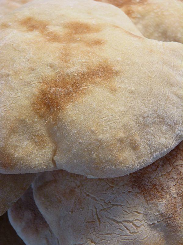 Goda, hemmabakade pitabröd. Perfekta att fylla med godsaker och ta med på picknick! Läs mer på recept.com