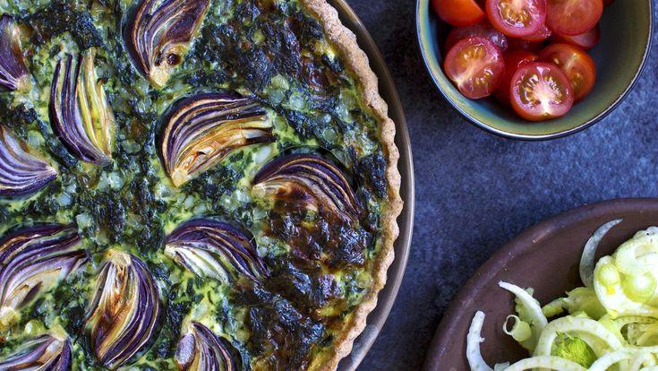 Sprød og mild grøntsagstærte med spinat, hytteost og rødløg er et hit i alle aldre. Server spinattærten lun til aften eller nyd den kold til frokost.