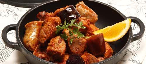Receita de Carne de porco com enchidos. Descubra como cozinhar Carne de porco com enchidos de maneira prática e deliciosa com a Teleculinaria!