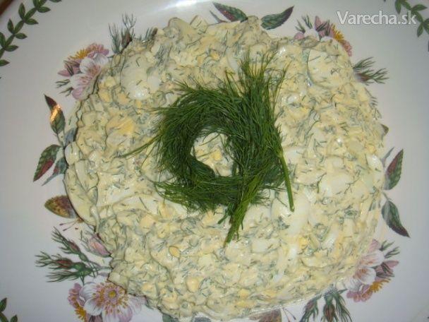 Vajcový šalát s kôprom (fotorecept) 12 vajcia uvarené na tvrdo 1 mensia cibula nasekaná 1/2 salky kvalitna majonéza 1/4 salky kôpor na drobno sekany podla chuti cierne korenie mleté cerstve sol Cibulu a kopor nasekame na drobno; cibulu posolime stipkou soli Vajcia pokrajame na kruzky, alebo rozdrvime vidlickou, okorenime a zmiesame s posolenou cibulou, kôprom a majonezou.