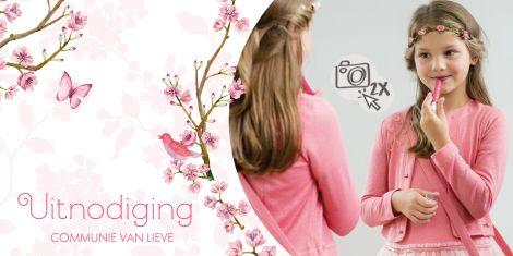 Uitnodiging met roze lente bloesem