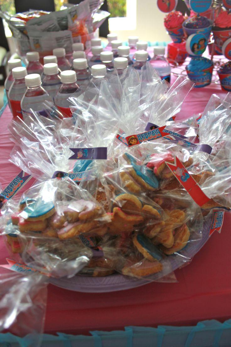 My baby #girl 's #Dora #Mermaid #Adventure #pool #birthday #party - My friend baked sea creature sugar #cookies and I packaged them in bags that I decorated with #personalized #flags - #doratheexplorer #doralaexploradora #explorer #exploradora #sirena #reino #mermaidadventure #piscina #fiesta #partyideas #ideas #crafting #kids #kidsbirthdayparty #birthdayparty #decorate #decoration
