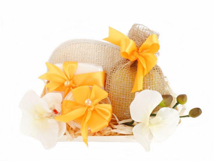 Zestaw Upominkowy na życzenie   stworzony na indywidualnie życzenie klienta z oferowanych przez nas produktów. Do zestawu możemy dołączyć dowolną kombinację przedmiotów, mogą być to same kosmetyki, kosmetyki z akcesoriami  do kąpieli i masażu lub do wymienionych przedmiotów możemy dołączyć także kubki, filiżanki lub słodycze.  Zestaw ozdabiamy dekoracyjnie dobierając odpowiednią kolorystykę do produktów znajdujących się w zestawie. Całość umieszczamy w folii celofan tak aby zestaw był już…