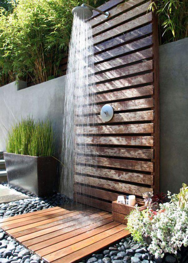 <p>Ce jardin un brin japonisant, composé de caillebotis et de…