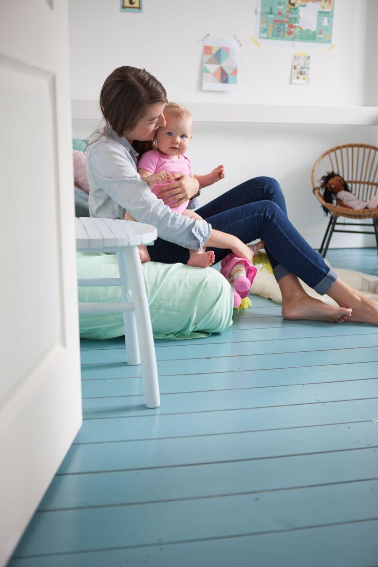 Een houten vloer schilderen: een hemelblauwe make-over - Colora Blog