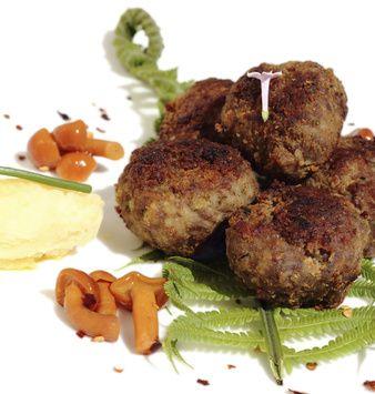 Grilované kuličky z mletého hovězího masa a sterilovaných hub