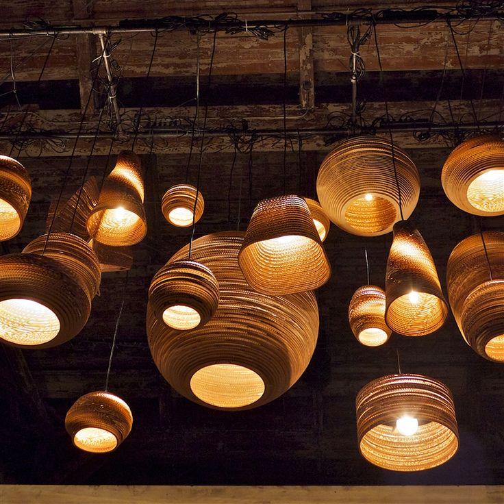 Gerecycled karton is nog nooit zo stijlvol geweest! De MOON hanglamp van Graypants wordt met de hand gemaakt, wat iedere MOON lamp uniek maakt. Met het unieke materiaal, brengt deze Graypants designlamp altijd een warme en sfeervolle gloed in huis.