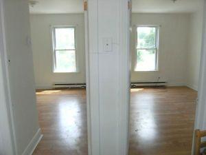 Beau 3½ peux faire 2 chambres parfait étudiant CEGEP Sherbrooke Québec image 2