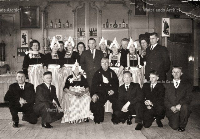 Vijftig jarig huwelijk van Jan Kwakman (Jan Heintje), visser 1887-1966 en Grietje Veerman (Griet van Taans van Tuis) 1887-1967 in het Jozefgebouw. Kinderen en aangetrouwd. 1964 #NoordHolland #Volendam
