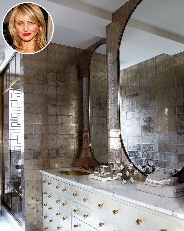 Вам тоже кажется, что в этой комнате побывал царь Мидас? Это ванная комната Камерон Диас, которая оформлена в стиле потертого гламура. На стенах – стеклянная плитка от Ann Sacks, сантехника от Waterworks, а зеркала и мебель выполнены на заказ.  #Камерон_Диас #ванная_знаменитостей #plitka_ua
