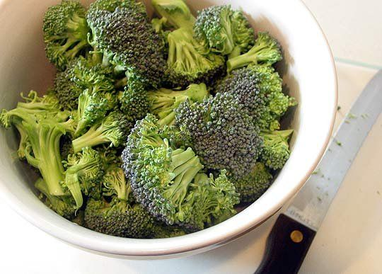 how to steam broccoli in the microwave-- 3 minutes and done!
