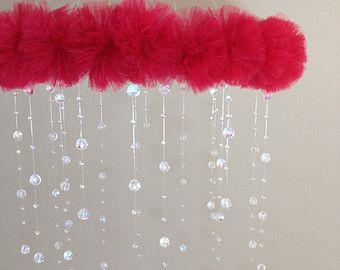 bloem baby mobile, roze en wit baby mobiele, roze mobiele, baby mobiele, roze bloem mobiele, kristal baby mobiel  Deze zoete mobiele is de perfecte touch voor een mooie baby meisje kwekerij. Donker roze, licht roze en witte gerber madeliefjes zitten tegen bovenop een douche van glas kristal kralen.  Sprankelend glas kristallen worden individueel met de hand gespannen op verschillende lengtes en vangen het licht prachtig. De mobile is 12 in diameter en maatregelen 17 van de metalen ring aan…