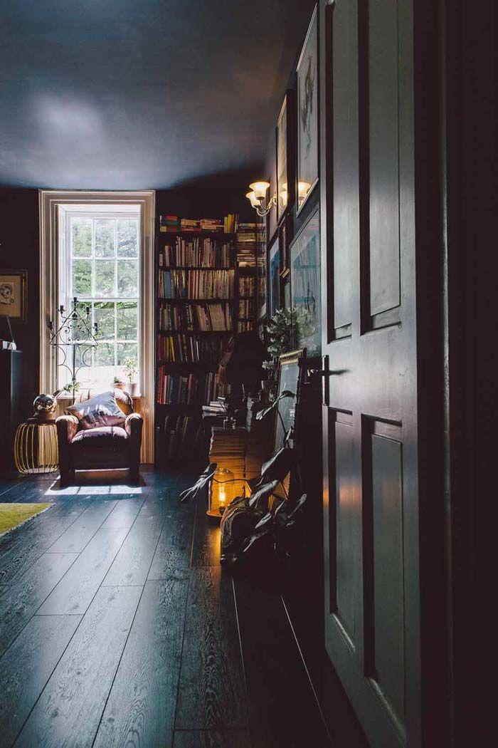 Нравятся стены с полом в один цвет, и потолок тоже. И вообще уютное гнездо - и в то же время там есть воздух и недоуюченность. Света м.б. маловато.